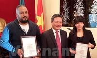 Algerian reporters receive Vietnamese awards