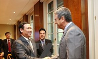 Deputy Prime Minister Vuong Dinh Hue works with World Trade Organization executives in Geneva
