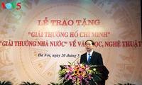 Premian a personas con aportes relevantes al desarrollo de la literatura y las artes de Vietnam