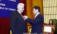 Vietnam entrega sello conmemorativo al primer ministro turco en materia de ciencias sociales