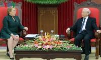 Máximo líder político de Vietnam recibe a la presidenta de Chile