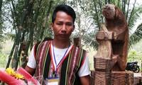 """Tác phẩm """"Gấu bẻ măng"""" giành giải nhất Hội thi tạc tượng gỗ dân gian các dân tộc Tây Nguyên"""