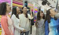 Tà áo dài Việt qua đôi mắt các bạn trẻ kiều bào