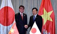 APEC 2017: Deputy PM Minh meets Japanese FM, WEF Managing Director