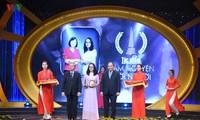 """Thủ tướng Nguyễn Xuân Phúc và ông Trần Quốc Vượng trao giải A cho tác phẩm""""Tâm nguyện đời người"""" của nhóm tác giả VOV2."""
