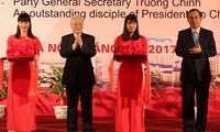 Máximo líder político de Vietnam asiste a exposición sobre discípulo sobresaliente del tío Ho