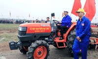 "Presidente de Vietnam participa en fiesta ""tịch điền"" 2017"