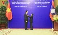 Vietnam y Laos reconocen aportes de altos dirigentes al reforzamiento de las relaciones bilateral