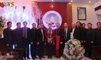 Máxima líder parlamentaria visita a la comunidad cristiana de Thanh Hoa en ocasión festiva