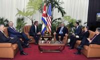 Presidente de Cuba recibe al senador Jeff Flake y al expresidente de Google