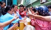 Grupo 1C ayuda a los pacientes pobres con raciones de comida en Da Nang