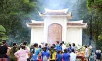 Miles de personas visitan la zona de reliquias Cruce de Dong Loc para homenajear a los héroes