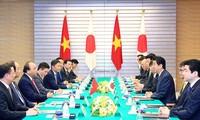 Primer ministro de Vietnam conversa con su homólogo japonés, Shinzo Abe