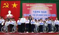 Vicepresidenta de Vietnam entrega presentes del Tet a compatriotas pobres de Vinh Long