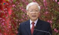 Máximo líder político felicita a los dirigentes principales vietnamitas de diferentes generaciones