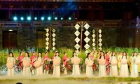 Vietnam promueve imagen de patrimonios a través de trajes tradicionales