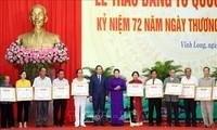 Reconocen a personas con méritos revolucionarios en región sureña de Vietnam
