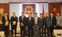Vietnam estrecha la cooperación con Facebook