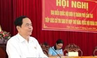 Líder del Frente de la Patria de Vietnam contacta con electores sureños