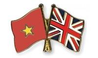 Líderes vietnamitas transmiten felicitaciones a dirigentes británicos por aniversario de relaciones diplomáticas