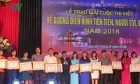 Otorgan premios a las obras sobre buenos ejemplos en la sociedad