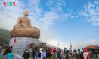 Huella del Rey-Buda Tran Nhan Tong en la montaña sagrada Yen Tu