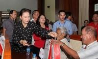 Dirigentes vietnamitas continúan entregando regalos de Tet a los más necesitados