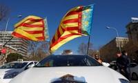 Policía española dispersa huelgas de taxis con grúas
