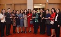 Jefa del Parlamento de Vietnam se reúne con miembros de entidades legislativas