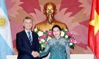 Los jefes del Gobierno y del Legislativo de Vietnam reciben al presidente argentino