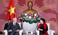 Presidenta de la Asamblea Nacional de Vietnam recibe a senador estadounidense