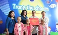 越南国家副主席邓氏玉盛向癌症病童赠送中秋礼物