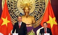 阮春福看望越南驻华大使馆工作人员和越侨代表