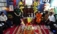 越南西南部指导委员会看望茶荣省高棉族僧众并祝贺报孝节