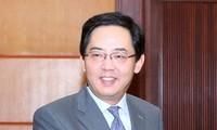 """向中国驻越大使洪小勇授予""""各民族和平友好""""纪念章"""