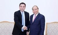 阮春福会见泰国电力生产商海湾能源发展公司创始人拉达纳瓦迪