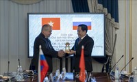越南祖国阵线中央委员会主席陈清敏与俄联邦委员会副主席乌马哈诺夫举行会谈