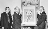 老挝人民革命党、国会、政府和建国阵线就原越共中央总书记杜梅逝世致唁电