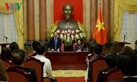 越南国家代主席邓氏玉盛会见中小企业代表团