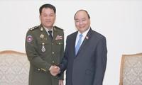 阮春福会见柬埔寨王家军总司令冯批森
