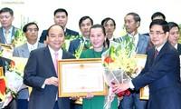 阮春福向在三农领域取得出色成绩的组织和个人颁奖