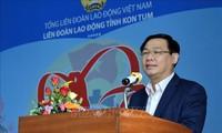 越南政府副总理王庭惠向昆嵩省工人劳动者赠送年礼
