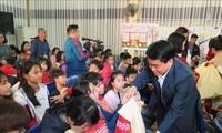 向政策优抚家庭和贫困户赠送年礼
