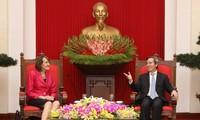 越共中央经济部部长阮文平会见加拿大气候变化大使富勒
