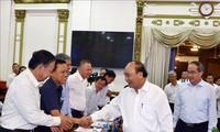 阮春福与胡志明市领导人座谈