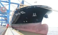 海防国际集装箱港迎来跨太平洋的13.2万吨集装箱船