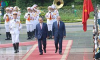 阮春福与亚美尼亚总理帕什尼扬举行会谈