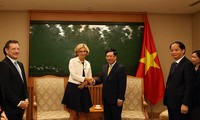 越南政府副总理兼外交部长范平明会见法国法兰西岛大区议会主席瓦莱丽·佩克雷斯