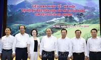 越共十三大经济社会小组与北部各省举行工作会议