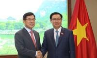 Vuong Dinh Hue rencontre le directeur général de Samsung Vietnam